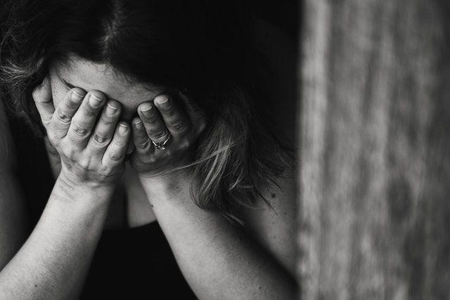 emoce na černobílé fotografii webu